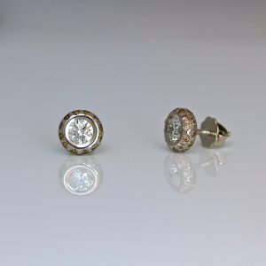 White diamonds framed with fancy cognac diamonds ear-studs
